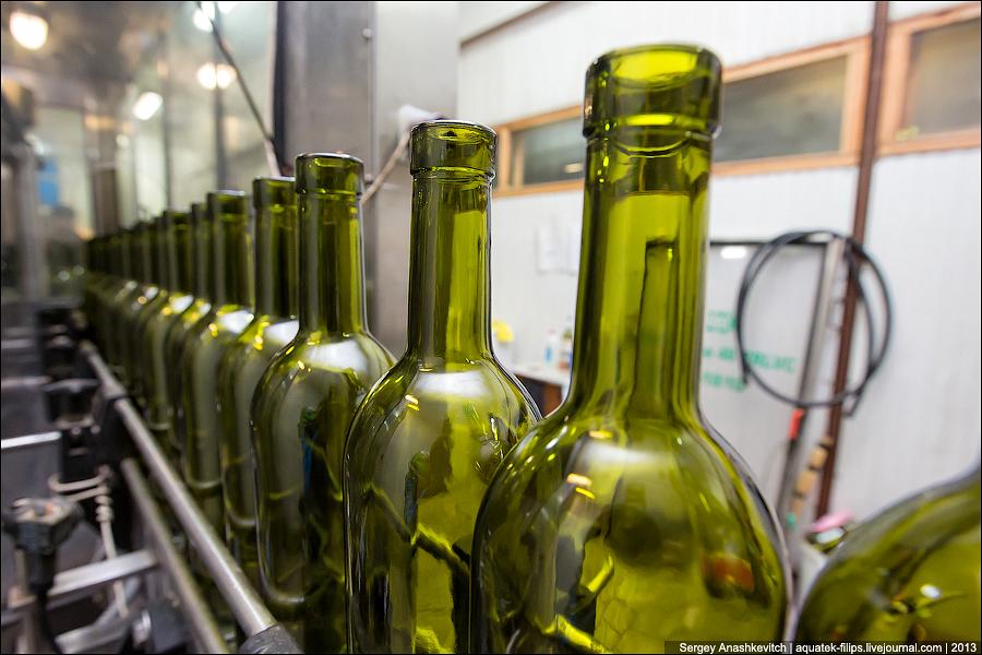 Разлив вина в бутылки в